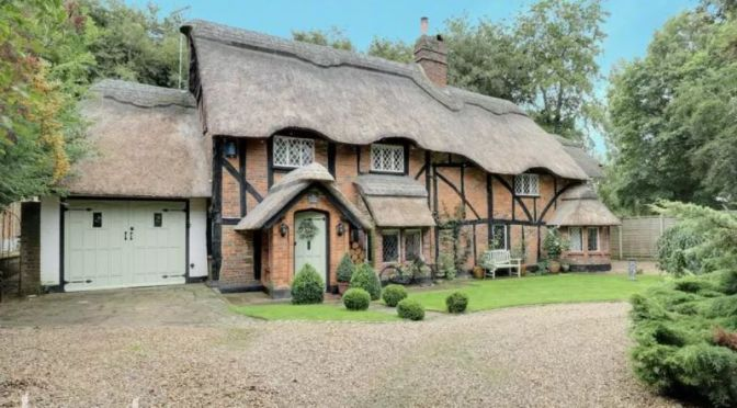 English Country Homes: '16th Century Chocolate Box' In Bedfordshire